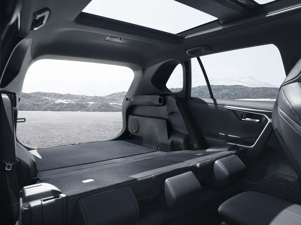 Toyota RAV4 - wnętrze, przestrzeń bagażowa